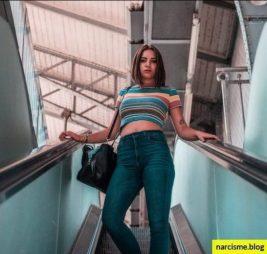 toepassen om je te bevrijden van narcisme cover voor narcisme.blog, een vrouw met handtas die roltrap afgaat