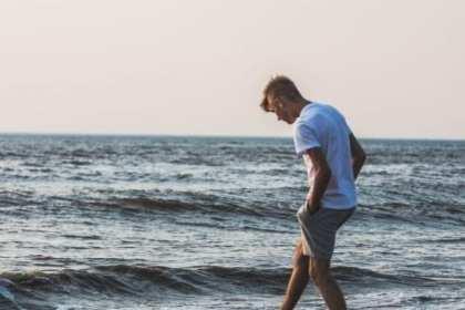 pootje baden in de zee door man Hoe Radicale vergeving voor totale genezing van de narcistische mishandeling toepassen?