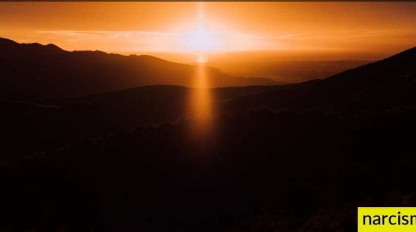 Ze geven je een gevoel van eigenwaarde alsof je achterlijk bent. ondergaande zon in de bergen