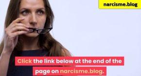 vrouw neemt bril af voor narcisme.blog