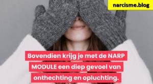 vrouw met handschoenen voor haar gezicht voor narcisme.blog