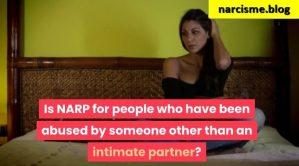 vrouw zittend op bed voor narcisme.blog