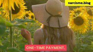 vrouw met hoed wandelend in zonnebloemenveld voor narcisme.blog
