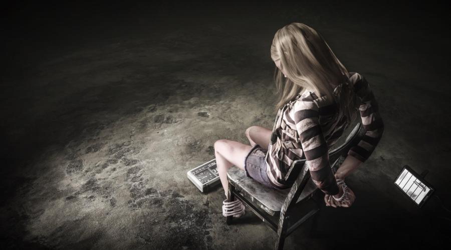 vastgebonden meisje voor narcisme.blog