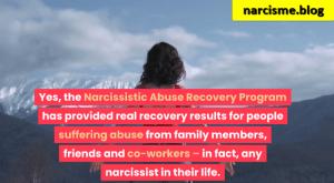 vrouw kijkend naar toppen bergen voor narcisme.blog