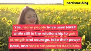 vrouw in zonnebloemen veld voor narcisme.blog