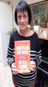 Annemie met boek How to do the work van de holistic psychologist