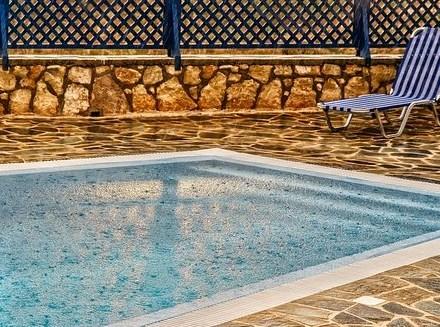 cara merawat kolam renang di musim hujan