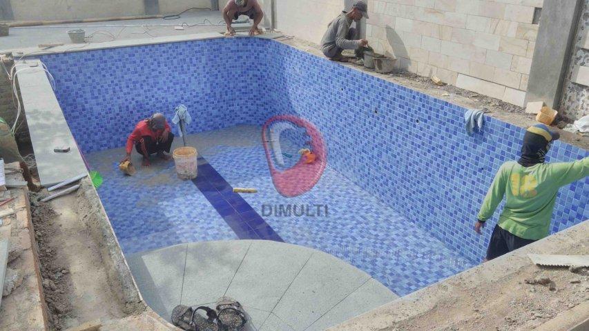 Finishing kolam renang menggunakan Keramik