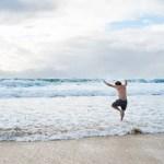 berenang di pantai