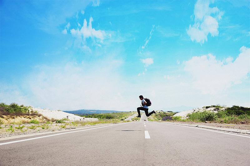 cette image montre un homme qui saute sur une route afin d'illustrer comment écrire le milieu d'un premier chapitre