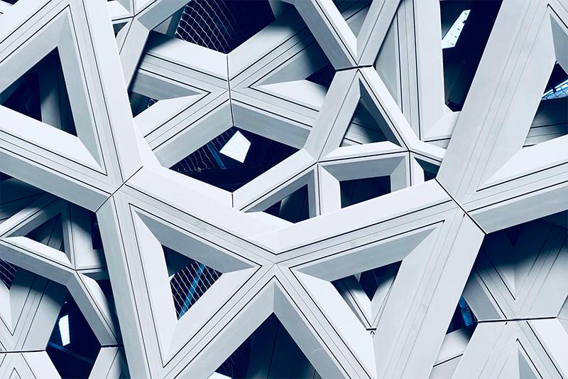 Ici, une image de structure métallique, entrecroisée, symbolisant la structure de la comparaison