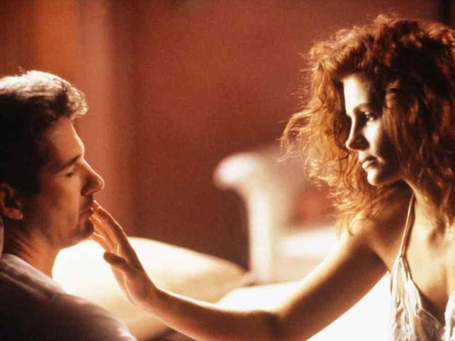 Écrire une romance consiste d'abord à mettre en place une intrigue centrée sur la relation des personnages.