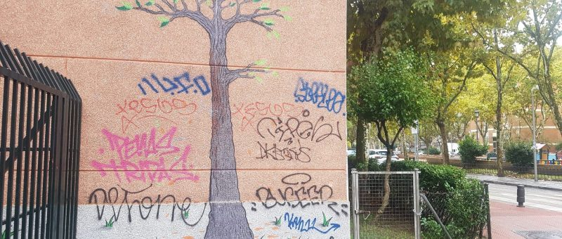 Mural pintado en una pared: árbol con pájaros