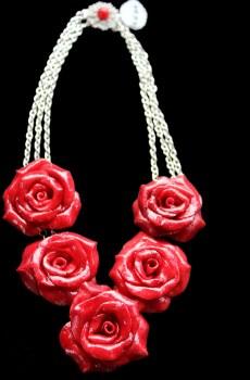 Collar cinco rosas detalle