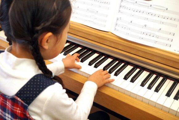 ピアノの習い事をする幼児