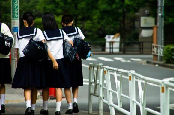 歩いている女子中学生