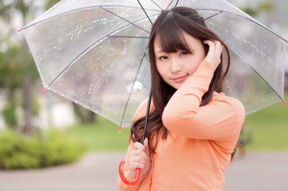 雨の中で傘をさす女性