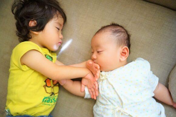 並んで寝る赤ちゃんと上の子