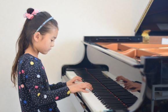 ピアノを習う少女