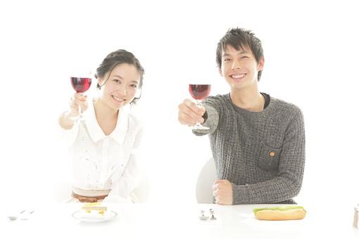 仲良く乾杯する夫婦