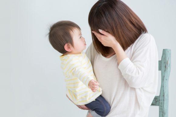 育児に疲れ泣きそうな母親