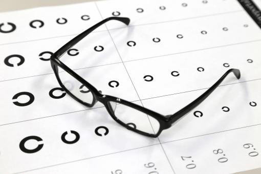 視力検査のシートと眼鏡