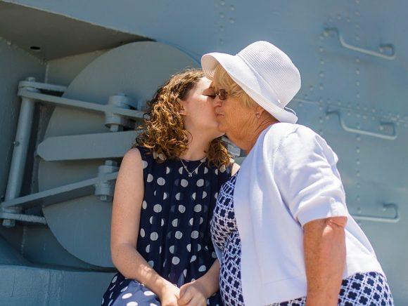おばあちゃんのほっぺにキスをする孫娘