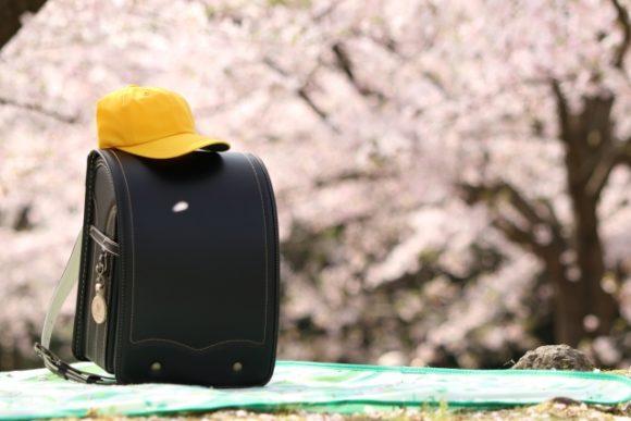 黒いランドセルの上に黄色帽