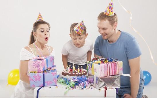 誕生日を祝う家族