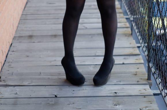 黒のタイツを履いた女性の足
