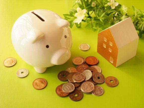 豚の貯金箱と小銭