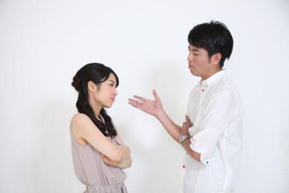 話し合う夫婦