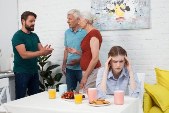 夫と義両親と頭を抱える嫁