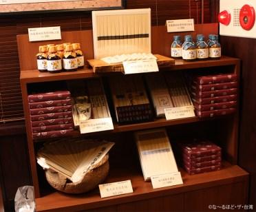 いぶりがっこや高清水など、土産コーナーには秋田の名産品が並ぶ。高清水の取り扱いは台湾唯一。