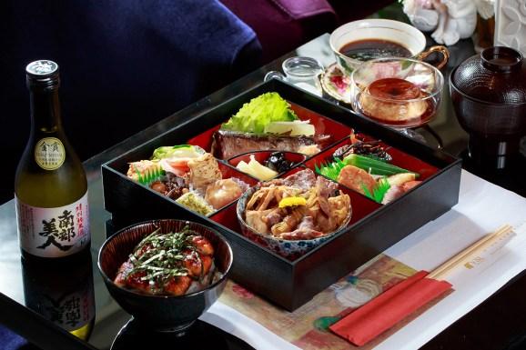 松花堂弁当450元(写真)/280元。   ※日本酒はセットに含まれておりません。