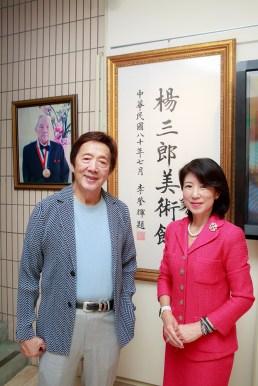 オーナーの楊星朗さんと代表の村越のりこさん。後ろの題字は李登輝前総統の手によるもの。