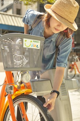 乗る前にタイヤの空気など自転車の状態をチェック。一番いいものを選ぼう。