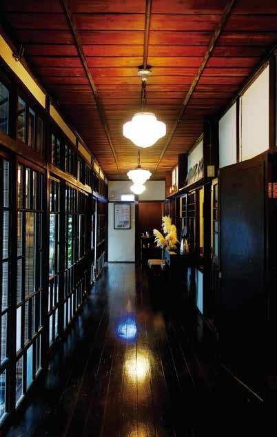 1 青田七六の館内。日本家屋らしい雰囲気が漂う。