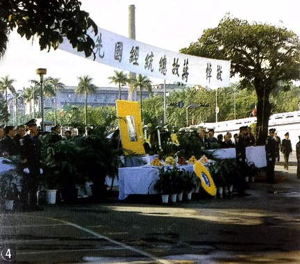 ④市內の目抜き通りには多くの人たちが集まり、蔣総統に最後のお別れを告げた。