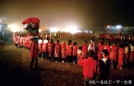 円陣を組みながらひたすら踊り続ける人々。