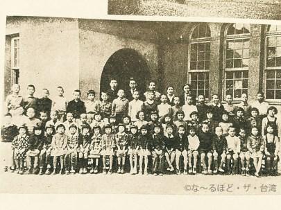 台湾大学に併設された最初の日本人学校で学ぶ日本人子弟と先生。