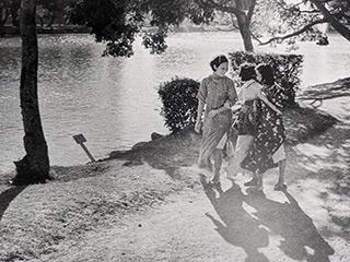 湖畔を散歩する女性たち