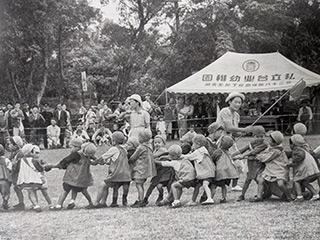 幼稚園の運動会、笑顔で見つめる人達