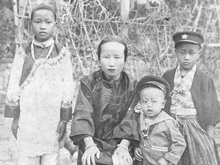 幼少時の德章氏(右)と母、姉、弟