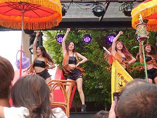 セクシーな女性たちが踊る「辣妹」。実は伝統的な陣頭の発展形だ
