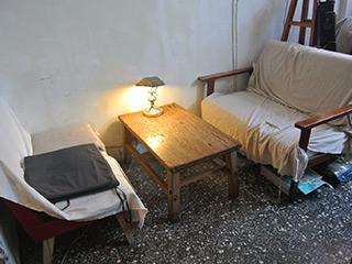 古めかしいソファとテーブル