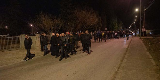REPRESIJA U DANILOVGRADU: Uhapšen organizator blokade, demonstranti opkolili stanicu policije! (VIDEO) 1