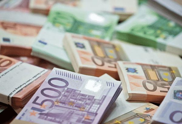 MUČNO PROVOCIRANJE SIROMAŠNOG NARODA: Pozlaćeni satovi i hiljade eura u česnici (VIDEO) 1