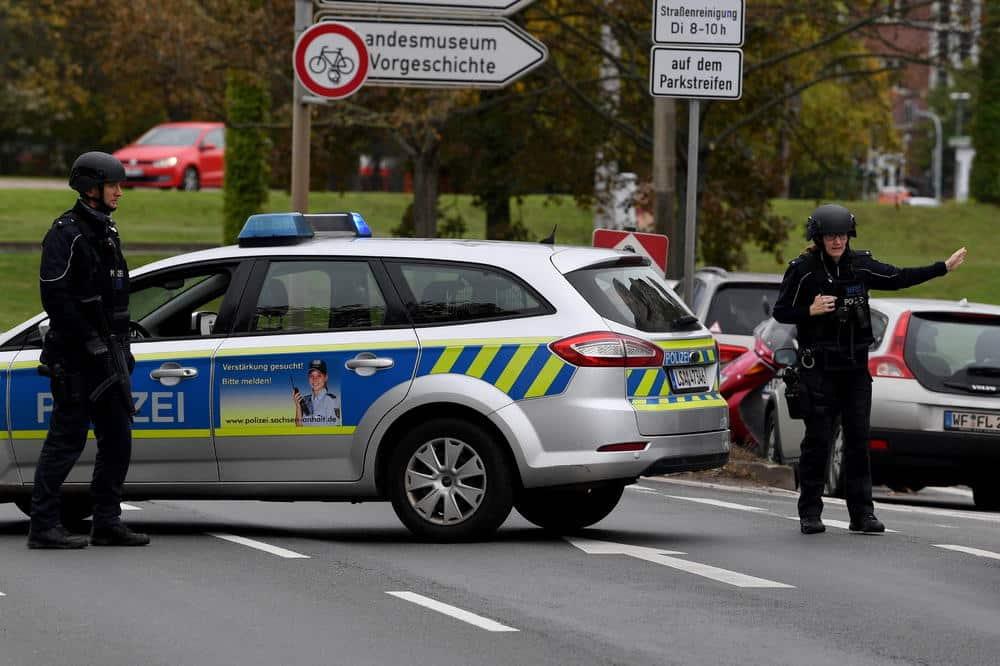 UBILI GA PRED MAJČINIM OČIMA: Srbin nasrnuo mačetom na policiju 1